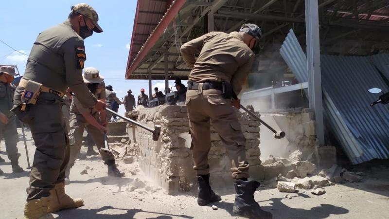 Satpol PP Inhil Hancurkan Bangunan Liar Pasar Jalan Yos Sudarso Tembilahan